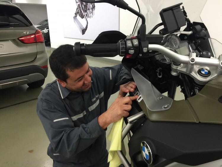 César Vique, Jefe de Taller de motos, colocando los vinilos.
