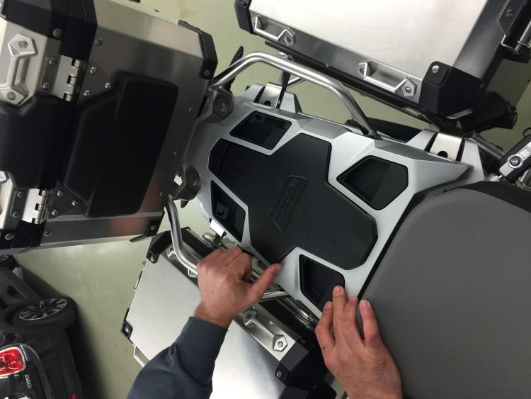 En la moto se han instalado diversos accesorios como la plataforma posterior para llevar equipaje en el lugar del pasajero.